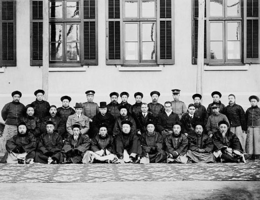 Mackenzie King (2nd row, 4th from right) during a visit to China, 1909